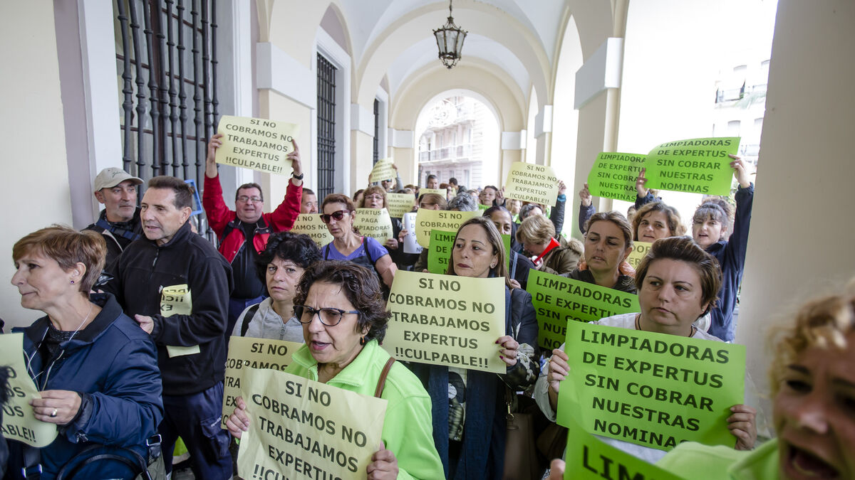 Protesta-limpiadoras-Expertus-Cadiz_1409579039_112543745_1200x675